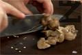 Слагаме почистените пилешки дробчета в тенджера с подсолена студена вода. Варим 15 мин., след което ги нарязваме.