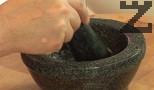 В хаванче счукваме чесъна, заедно с няколко щипки сол и олио. Стриваме, докато се получи чеснова кашичка.