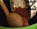В друга тенджера загряваме олиото, поставяме настърганите домати. Пържим, докато сместа се сгъсти, като непрекъснато разбъркваме.