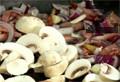 Доливаме зехтин и запържваме бекона със ситно нарязан лук и чесън. Добавяме нарязаните печурки и манатарки и запържваме.