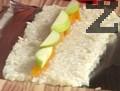 Нанасяме сварения и прецеден ориз върху алуминиево фолио. Подреждаме резени праскова и ябълка върху ориза.