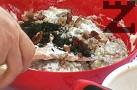 Поръсваме с наситнен копър и парченца орехи. Охлаждаме салатата и я поднасяме със смлени орехи.