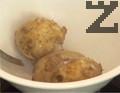 Приготвяме пюрето. В студена вода поставяме небелените картофи. Варим ги до готовност, след което ги обелваме.