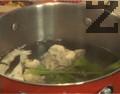 Нарязваме на дребно розичките карфиол, попарваме ги в подсолена вода за 5-6 мин., заедно със стръкчетата целина.