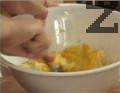 Към охладеното картофено пюре прибавяме жълтъка. Размесваме добре, прехвърляме в добре намаслена тавичка.