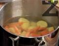 Нарязваме морковите и картофите и ги изсипваме във вряща вода. Подправяме със сол и захар и варим под капак до омекване на зеленчуците.