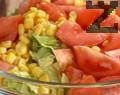 """Приготвяме гарнитура. Поставяме в купа нарязаните домати и салата """"Айсберг"""". Поливаме с ленено масло и посоляваме. Добавяме консервирана царевица и нарязан червен салатен лук. Подправяме с лимонов сок и разбъркваме."""