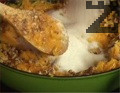Прибавяме предварително нарязаните на парченца орехи. Разбъркваме, в самия край добавяме захарта. Поръсваме с канела и ванилия, размесваме и оттегляме от котлона.