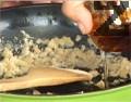 Пържим го на бавен огън, докато се получи кашичка, като при нужда доливаме още олио. На тънка струйка и при непрекъснато бъркане наливаме 500 мл вода.