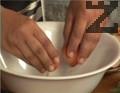 Приготвя се панировката. В купа се счупват яйцата, и леко се разбиват. Налива се бира, и добавя брашно и сол. Разбива се отново. Сместа трябва да е гъста.