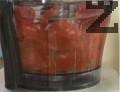 Смиламе доматите и ги прецеждаме през сито, за да отстраним семките и остатъците от обелки.