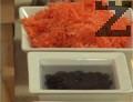 Накисваме предварително стафидите в малко вода. Настъргваме морковите, прехвърляме ги в купа.