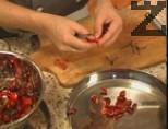 В сух тиган се запича брашното, докато покафенее. Към него се прибавят киселото мляко и жълтъка. Бърка се непрекъснато, прибавят се подправките. Бъркането продължава и след като застройката кипне, се разрежда с чорбата до изравняване на температурите. Накрая застройката се добавя към чорбата на тънк