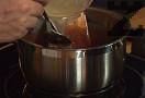 Към шоколада слагаме разтворения в 1 ч.л. вода желатин.
