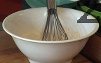 Приготвяме блините. Пресяваме двата вида брашно, смесваме ги със сухите съставки. Прибавяме яйцата и млякото, разбъркваме добре.