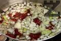 Нарязваме кромид лук и го слагаме в тенджера, добавяме накъсани сухи чушки, поръсваме със сол и захар. Наливаме студена вода, слагаме стеблата магданоз и наливаме олио.