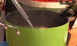 В тенджера наливаме около 2 л вода. Слагаме лука и целите чушки. Изчакваме зеленчуците да се сварят.
