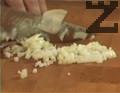 Приготвяме соса. Нарязваме лука на ситно, прехвърляме към разтопеното краве масло.
