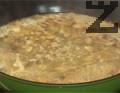 Отстраняваме дафиновия лист от соса, наливаме 250 мл гореща вода. Оставяме соса да поври за 5-10 мин.