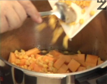 Прехвърляме ги към месото, прибавяме стерилизираната царевица, червения боб и наситнените домати.