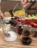 Приготвяме сос. Разтваряме натурално нишесте във вода, добавяме портокалов сок, соев сос и разбъркваме.