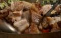 Слагаме охладените и нарязани на кубчета ребърца. Поръсваме със захар и оцет. Накрая наливаме соса, добавяме соеви кълнове, разбъркваме и сервираме.