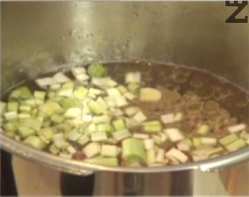Наливаме в тенджерата 1 л вода, прехвърляме зеленчуците. Добавяме и зехтина, варим 30 мин.
