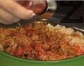 Приготвяме плънката. Задушаваме за кратко зеленчуците – наситнения лук, едро нарязания чесън, кубчетата морков. Поръсваме с къри, кимион и червен пипер.