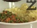 Смачкваме сварените картофи, смесваме ги с ароматната плънка.