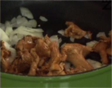 Нарязваме лука на ситно, запържваме го в сгорещена мазнина, заедно с гъбите. Посоляваме, поръсваме с тарос и черен пипер.
