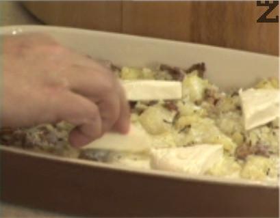 Слагаме и топеното сирене, при нужда посоляваме отново. Поставяме в ниската част на предварително загрята фурна. Печем на 180 градуса в продължение на 30-45 мин.
