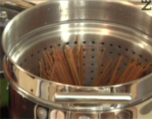 Счупваме спагетите наполовина, поставяме ги във вряща подсолена вода. Варим ги до готовност, без да ги изплакваме.