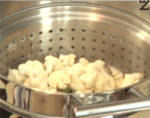 Отцеждаме сварените спагети, в същата вода слагаме броколите и карфиола. Попарваме ги за 1 мин.