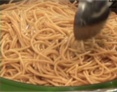 Разбъркваме, поставяме попарените броколи и карфиол, както и спагетите. Наливаме 1 черпак от водата, в която сме варили пастата.