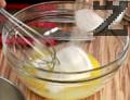 Загряваме сметаната в касарола. Разбъркваме жълтъците със захар.