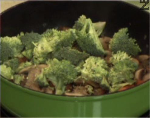 Нарязваме броколите на по-дребни парченца, прехвърляме ги към задушените зеленчуци.