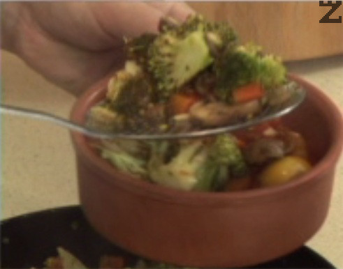 Прехвърляме зеленчуците в глинен съд, отгоре нанасяме от пюрето.