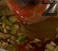 Нарязваме зелена чушка на ситно. Запържваме за 30 секунди лука, чесъна и чушката, след това поръсваме с кориандър, червен пипер, сол и захар. Добавяме консервирани домати.