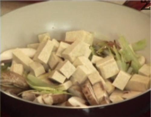Нарязваме соевото сирене, добавяме и него. Поръсваме с джинджифил, поливаме със соев сос.