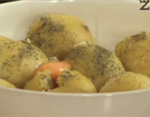 Прехвърляме ги към сварените картофи, поръсваме с магданоз, добавяме и яйцето. Посоляваме, намачкваме картофите с вилица.
