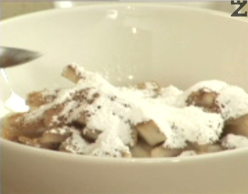 Поръсваме с кафява захар, канела и джинджифил, добавяме и натуралното нишесте. Поливаме с лимоновия сок, разбъркваме.