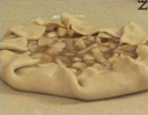 Прехвърляме питата в тава, на дъното на която сме сложили хартия за печене. Поставяме в средата на предварително загрята фурна. Печем на 250 градуса за 15 мин. След това намаляваме градусите на 160 и печем за още 20-30 мин. или докато питата получи загар.