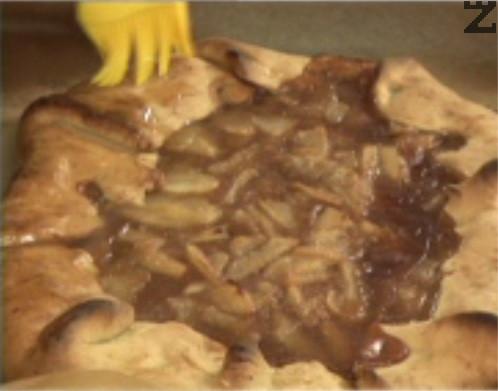 След изпичане, мажем кората с предварително смесените мед, джинджифил и малко вода.