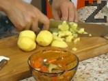 Към лука се прибавят моркови и картофи, нарязани на кубчета и фасула. Посоляват се и се варят 8 минути на максималната степен. Накрая се прибавят тиквичките, нарязани на кубчета, чушката на дребно и настърганите домати.