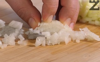 Нарязва се на ситно кромид лук.