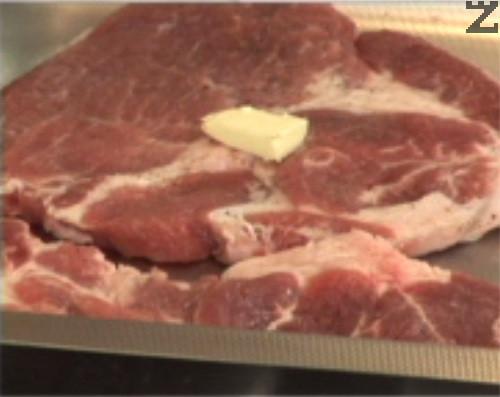Поставяме пържолите в тава, върху всяка от тях слагаме по малко краве масло, поръсваме с червен пипер. Печем на 200 градуса за 15-20 мин.