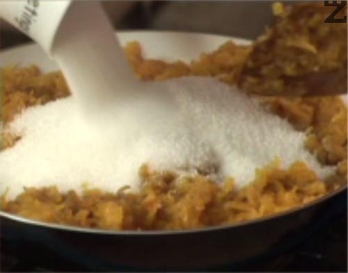 Поръсваме с канела, ванилия и захар, разбъркваме. оттегляме от котлона, добавяме счуканите орехи и лимоновата кора.