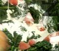 Прибавяме нарязан домат и кромид лук. Наливаме сметана и сотираме.