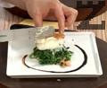 Украсяваме чиния за сервиране с балсамова редукция. Слагаме сиренето и сотирания спанак и декорираме с лучени кълнове.