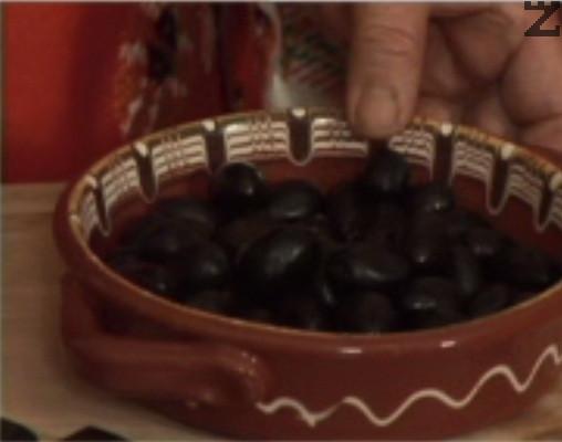 Попарваме маслините за кратко във вряла вода.
